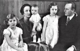 Kronprins Olav och kronprinsessan Märtha med sina tre barn Ragnhild, Astrid och Harald på 1930-talet.